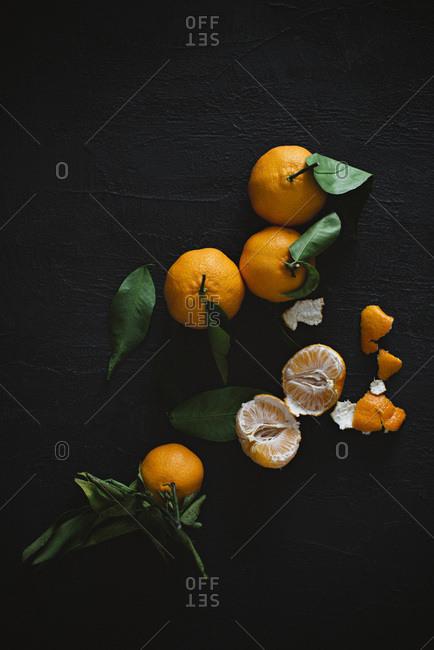 Peeled and unpeeled mandarin oranges