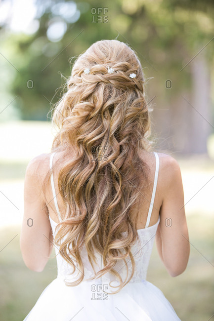 Bride with long, blonde curly hair