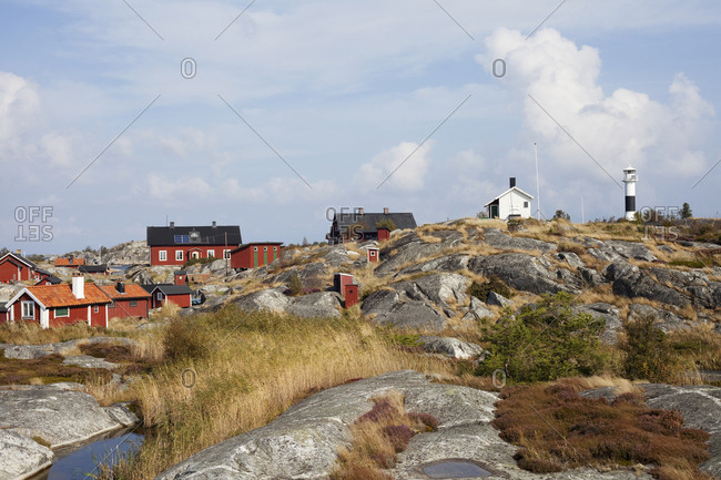 Sweden, Stockholm Archipelago, Sodermanland, Huvudskar, Wooden houses on rocky seashore