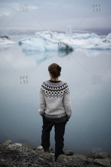 Iceland, Asturland, Vatnajokull National Park, Hiker on shore of Jokulsarlon lake