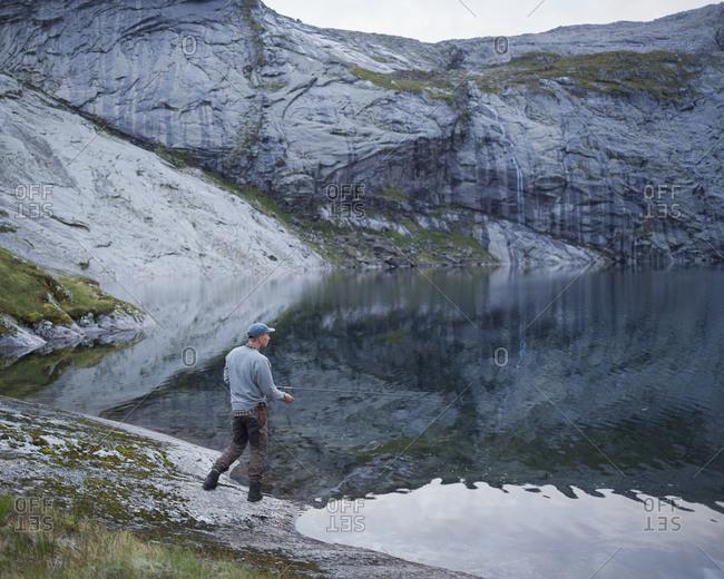 Norway, Lofoten, Fjerddalsvatnet, Man fishing in lake
