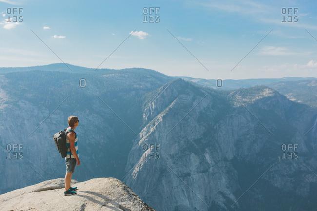 USA, California, Yosemite National Park, Man standing at Taft Point