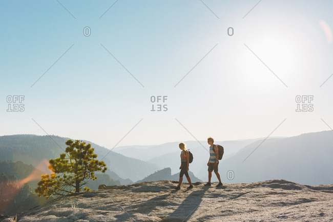 USA, California, Yosemite National Park, Man and woman at Taft Point