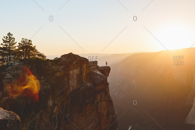 USA, California, Yosemite National Park, Taft Point, Man standing at edge of rock