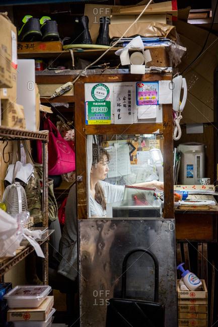 September 26, 2016 - Tokyo, Japan: Woman in the Tsujiki Fish Market