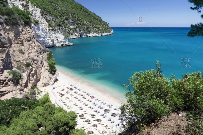Baia delle Zagare, Overlooking the beach