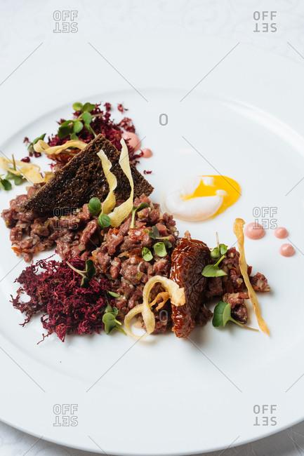 Tartar dish with fixings