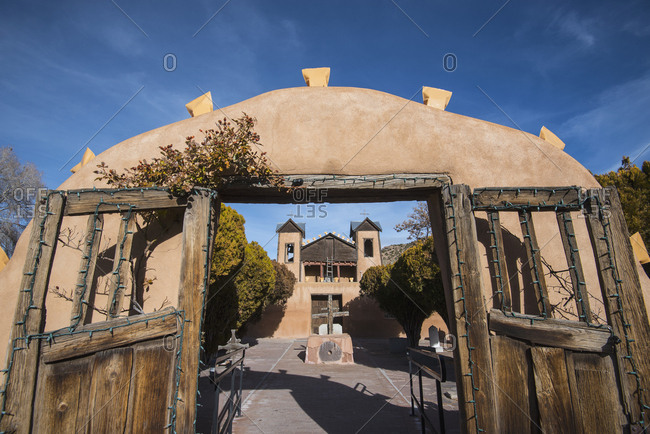 USA, New Mexico, Chimayo, El Santuario de Chimayo seen through gate