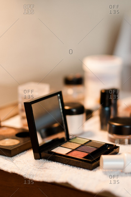 Open eye shadow case