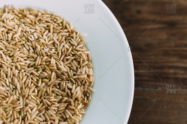 Dried brown rice in a bowl