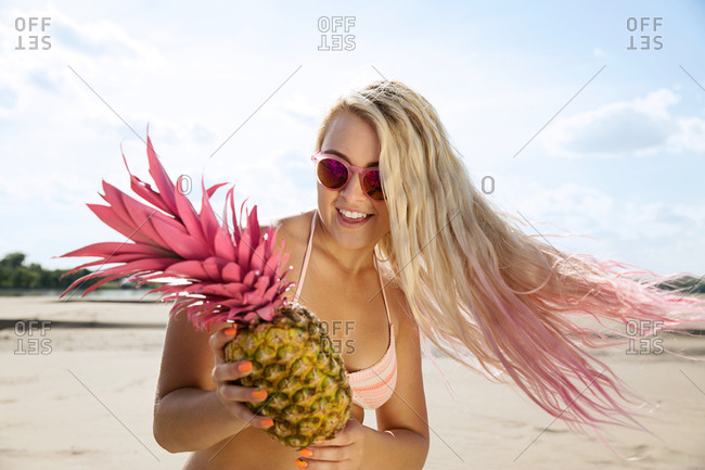 Blond girl with pink pineapple