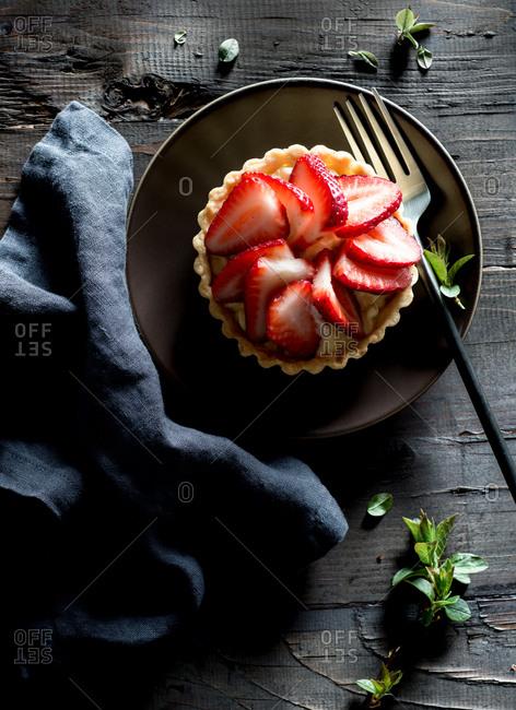 Strawberry cream tart from above