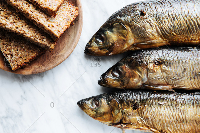 Whole fish and slices of bread