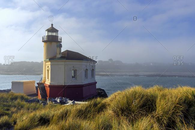 USA, Oregon, Bandon. Scenic of Umpqua River Lighthouse.