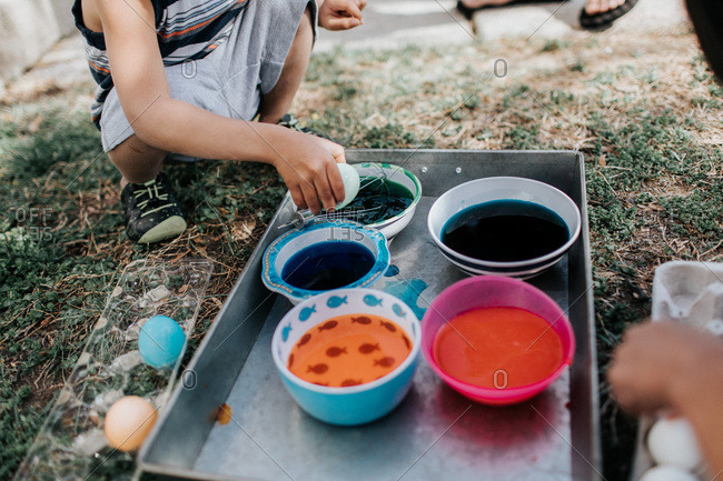 Kids on lawn dip dying eggs
