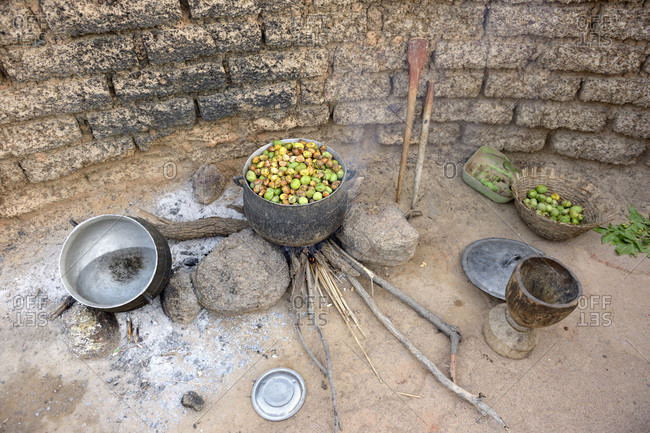 Burkina Faso - village Toeghin - cooking of the fruits of the shea tree