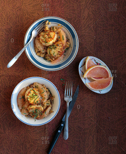 Dishes with scallops on rice with grapefruit and tarragon