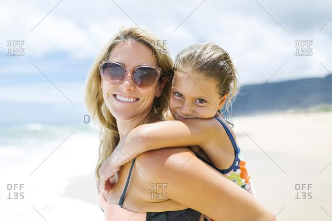 USA, Hawaii, Kauai, Mother with daughter (6-7) playing on beach
