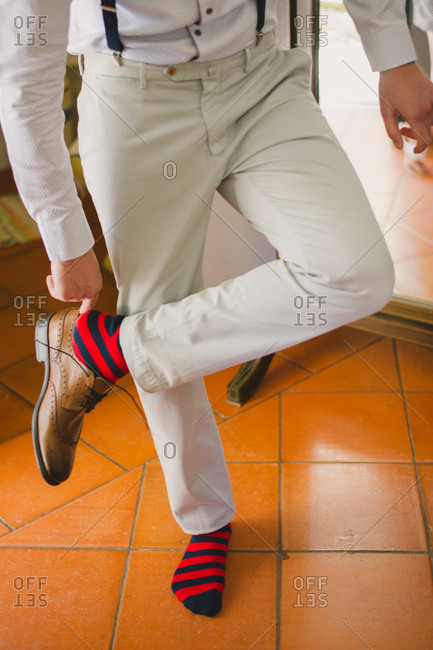 A groom slipping on his shoes