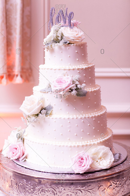 Cake with pink roses and topper