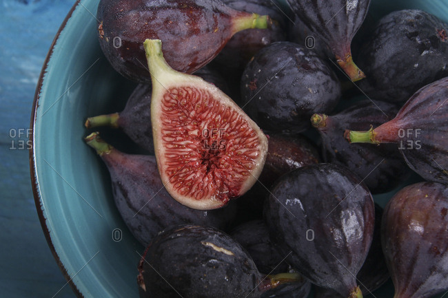 Sliced and whole figs in a bowl