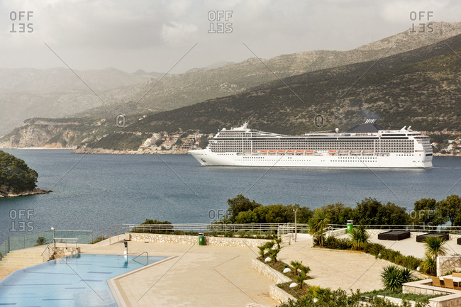 Cruise liner on sea - Offset