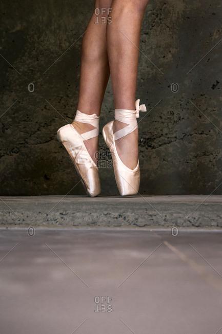 Dancer en pointe on concrete floor