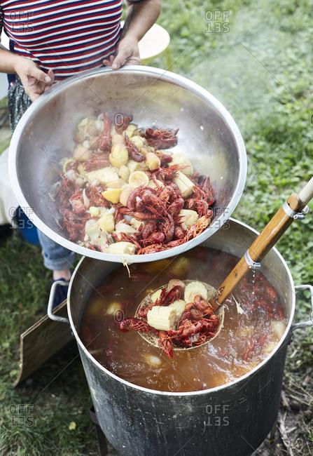 Making crawfish with corn