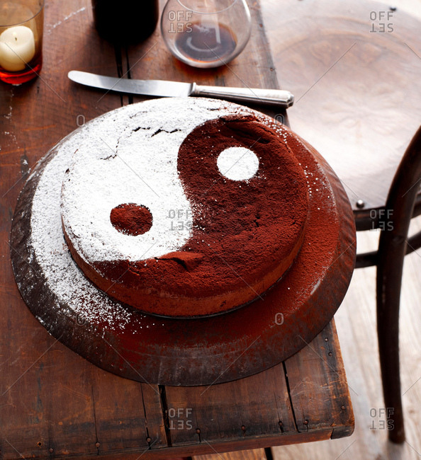 Cake decorated with yin yang symbol