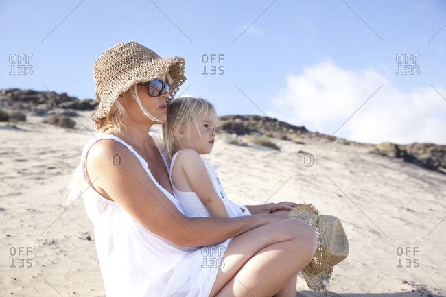 Spain- Fuerteventura- mother with daughter on the beach