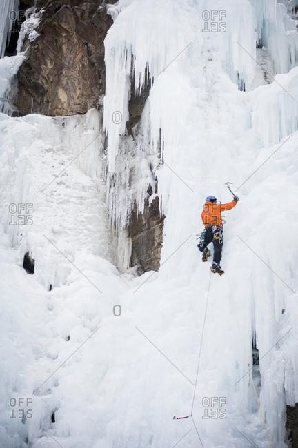 """Man climbing """"Chinpokomon"""" (WI4) at the Ouray Ice Park, Ouray, Colorado, USA"""