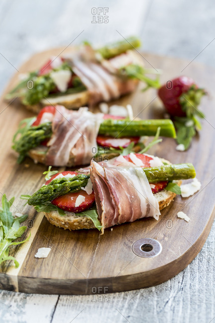 Baguette with strawberries- rocket- asparagus- pecorino flakes and bacon