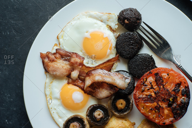 Overhead view of a traditional English breakfast