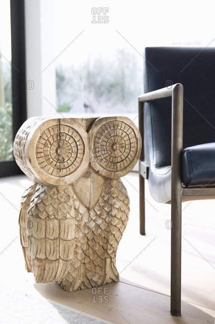 Side table shaped like an owl