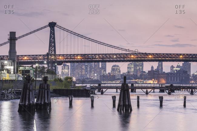 USA, New York, New York City, Brooklyn-Williamsburg, Williamsburg Bridge, late afternoon