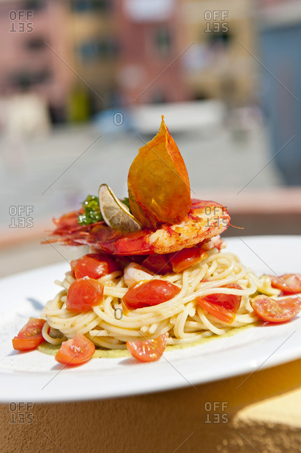 Spaghetti served with shrimp and cherry tomatoes