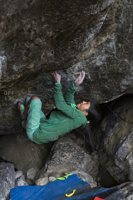 August 25, 2013: Ashman Shiraishi climbing on an overhanging boulder in Rocky Mountain National Park, Colorado