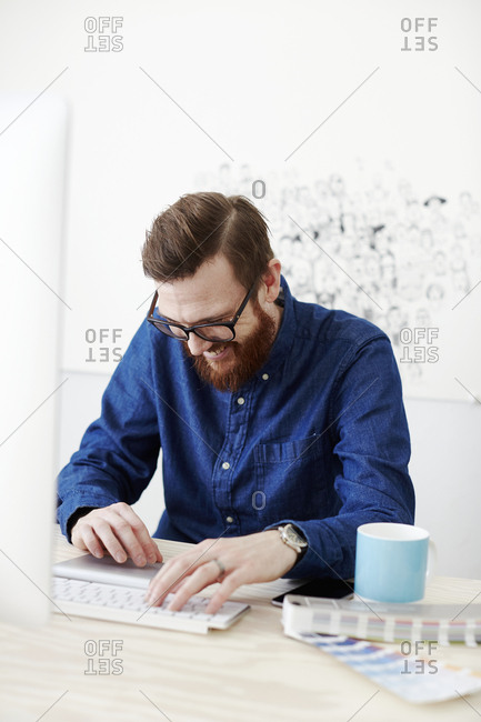 Man working in office - Offset