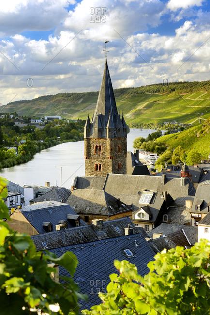 Germany, Deutschland, Rhineland-Palatinate, Rheinland-Pfalz, Bernkastel-Kues, Saxon Wine Route, S_chsische Weinstrasse, View over Bernkastel-Kues and surrounding vineyards along the Moselle river and german vine road (weinstrasse)