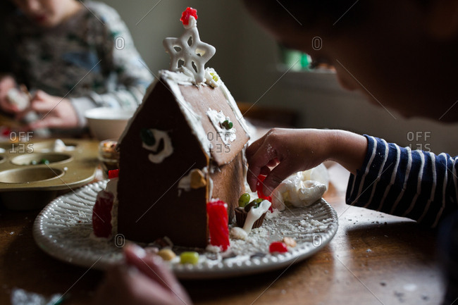 Children making gingerbread houses