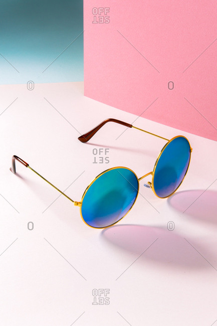 Round sunglasses with blue lenses on pink set