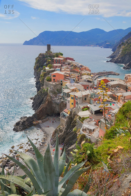 Cliff side fishing village, Vernazza, Liguria, Italy, Europe