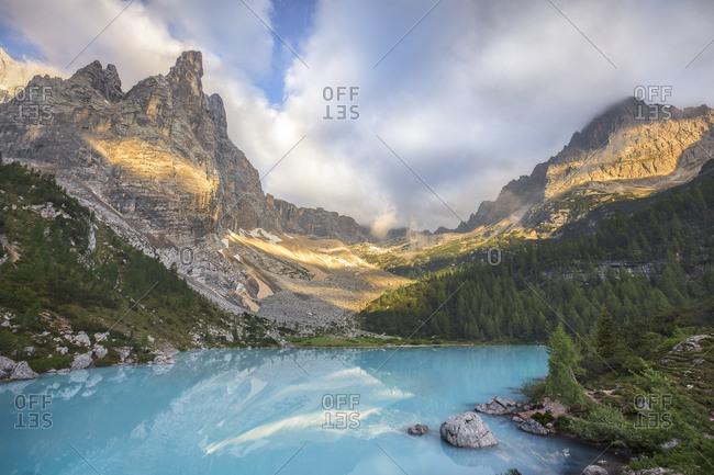 The Dito di Dio peak in the Sorapiss mountain group with the emerald lake of the Sorapiss, Cortina d'Ampezzo, Dolomites, Italy