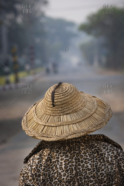Woman seen from behind with her hat, Hsipaw or Thibaw, Burma