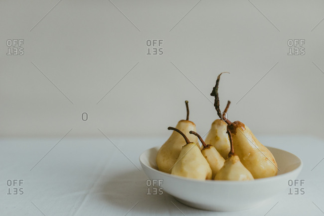 Freshly peeled pears in a bowl