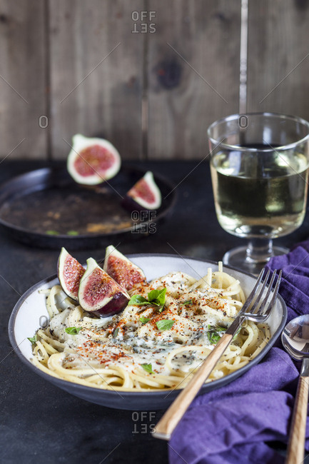 Spaghetti al gorgonzola- spaghetti with gorgonzola sauce- figs and white wine