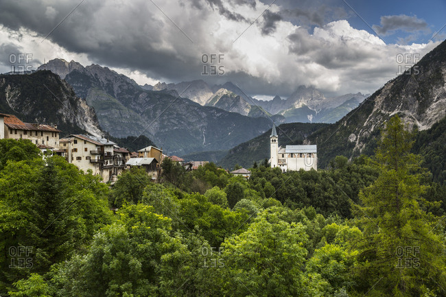 Church and background mountains, Valle di Cadore, Province of Veneto, Dolomites, Italy, Europe