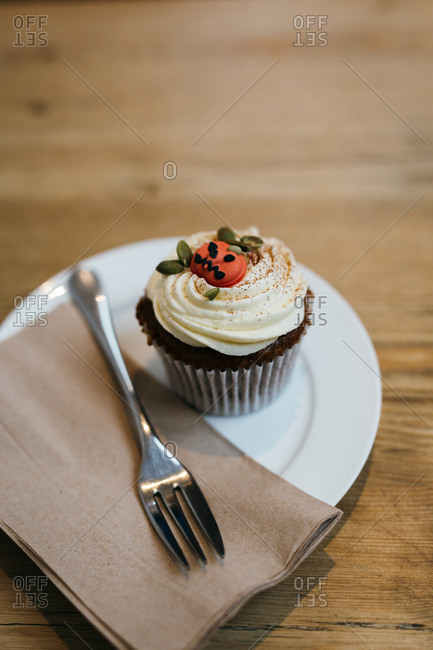 Cupcake served with Halloween decoration