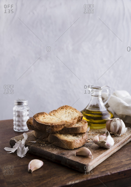 Slices of bread with olive oil and garlic cloves
