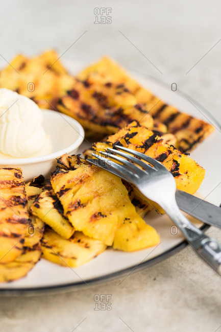 Grilled pineapple served with cream